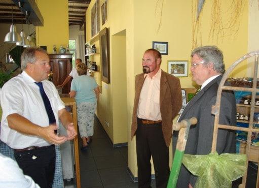 Reinhard Bütikofer (rechts) in der Blaubeerscheune in Eggesin, im Gespräch mit Bürgermeister Dietmar Jesse (links) und Ralf-Peter Hässelbarth (Mitte)