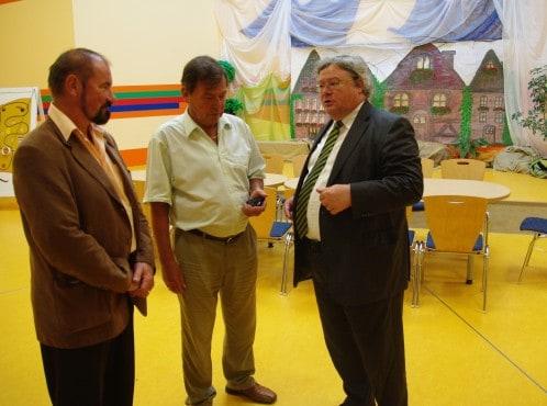 Reinhard Bütikofer (rechts) in der deutsch-polnischen Kita in Löcknitz, im Gespräch mit Bürgermeister Lothar Meistring (Mitte) und Ralf-Peter Hässelbarth (links)