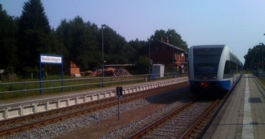 Zug der Usedomer Bäder Bahn (UBB) bei der Ausfahrt aus dem Bahnhof Buddenhagen