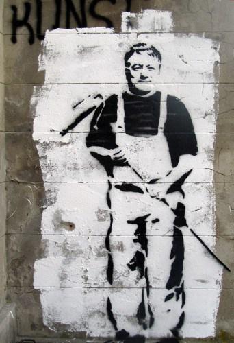 Axel Hochschild in Malerkleidung als Stencil