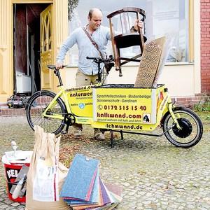 Platzwunder: Kleinhandwerker transportieren Material mit dem Rad bis vor die Haustür. Quelle: AKTIVonline – http://www.aktiv-online.de/ratgeber/detailseite/news/lastenraeder-dank-e-antrieb-boomt-die-nachfrage-nach-hippen-transportvelos-9785