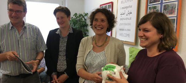 Spendenübergabe in der MOLE. Vlnr: Minister Dieter Lauinger; Nadine Hoffmann - Netzwerk Migration; Ulrike Berger, MdL; Jessica Barth - MOLE